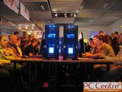 Gracze przy komputerach NTT
